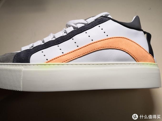鞋底非常厚,量了一下大概有3.7cm。有个小细节,橙色皮和鞋底相连的地方有块绿色。