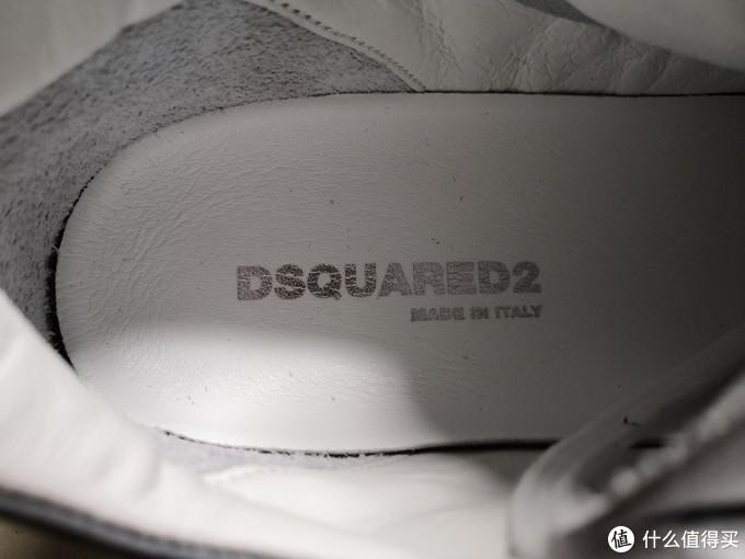 内衬是全皮的。鞋垫也是皮质,印有品牌名。