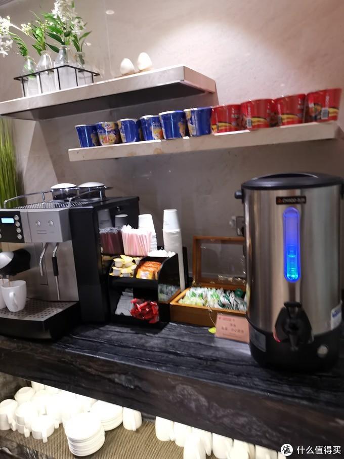 咖啡机、茶包和泡面