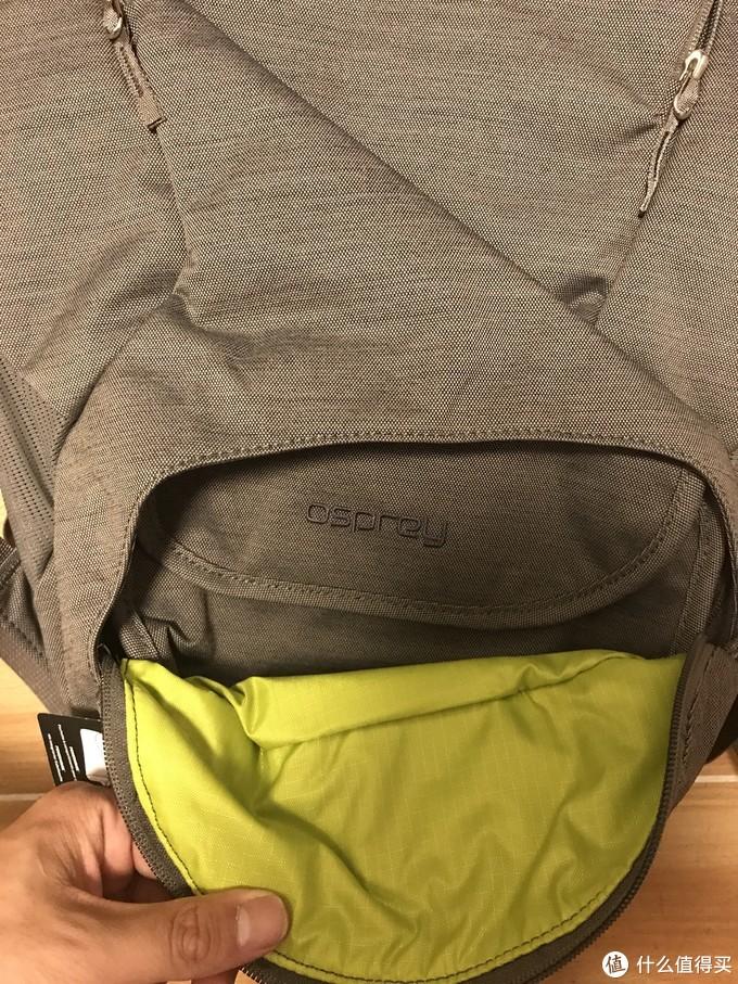 包的最下方外侧也有分隔仓,里面还有一个独立的小包