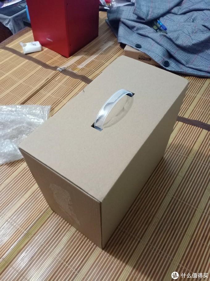 箱子带一个提手,感觉可以搬运的时候装箱拎走