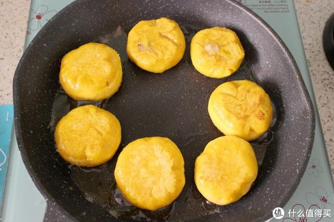 南瓜换个新吃法,包裹着香焦上锅煎一煎,松软香甜,两口一个