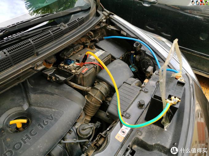 师傅带了一个小电瓶作为启动电源,着车后怠速运行,以保持电器设备等数据不会被清零。