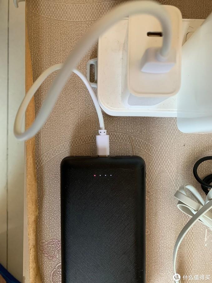支持QC的充电头 可激活快充(快充灯亮起)