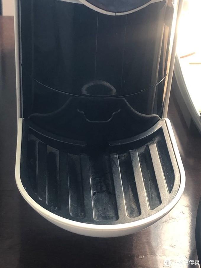 这是下方的杯托,有2个高度,选择适当高度可以避免咖啡溅出,如果算上把杯托拿掉,可以有3个高度,足够了。