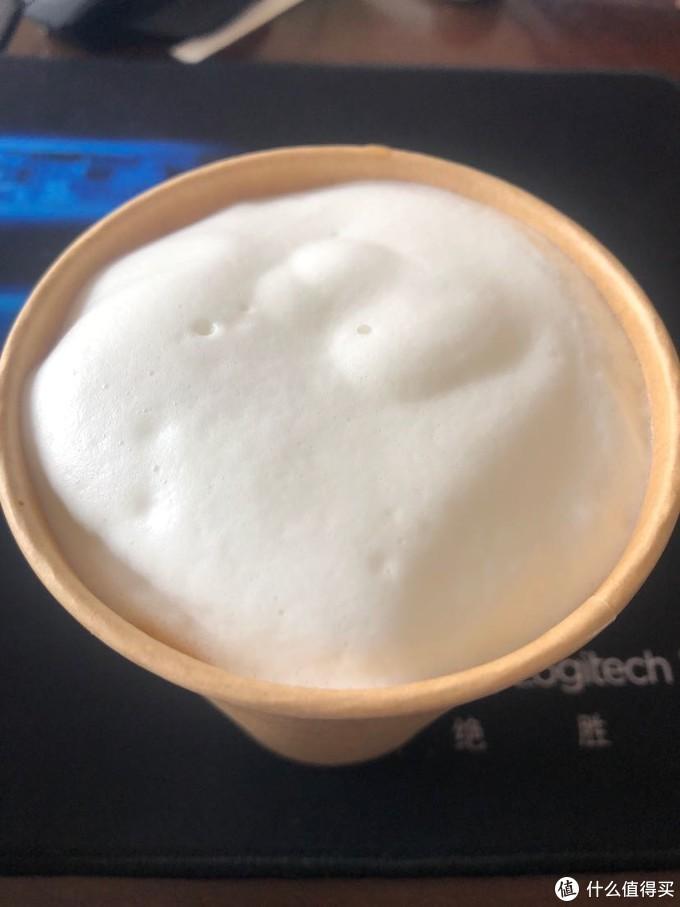 这次加的牛奶有些多,所以打出的泡比较浓厚,一不小心做成雪顶拿铁了,虽然不是冰淇淋~~