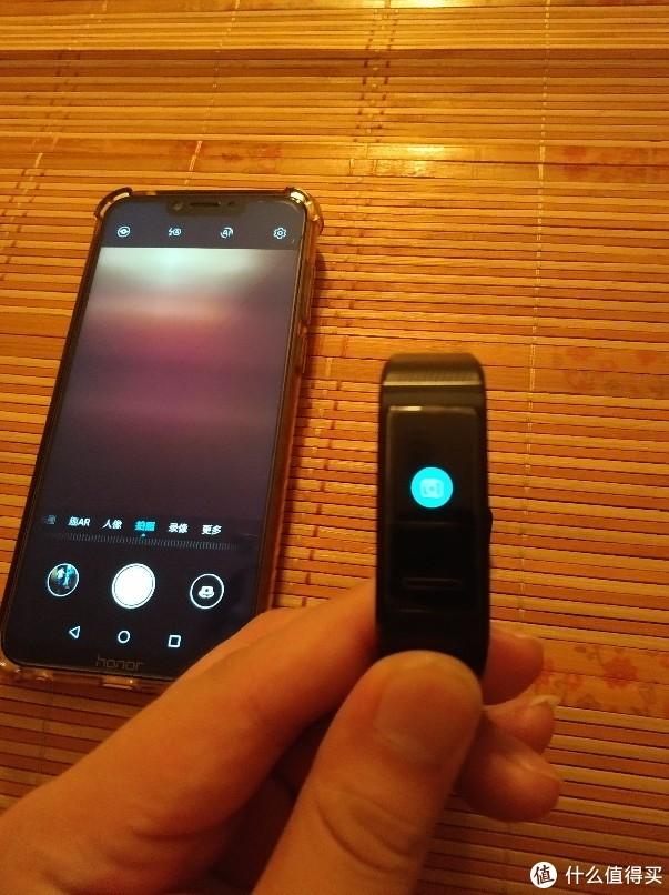 手机打开相机可以用手环来控制拍照