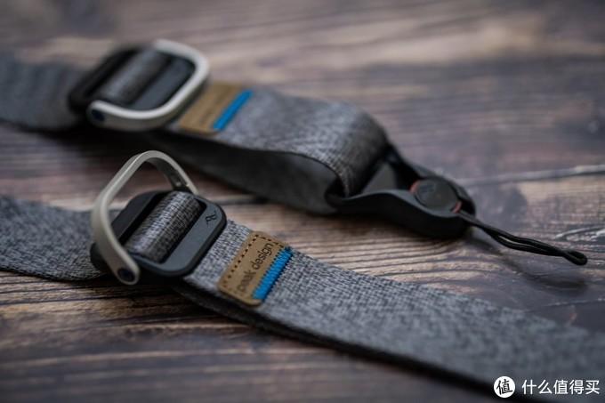 新版快速调节扣,肩带直接是跟扣体注塑在一起了。明显是比旧版的要简洁,当然也是更省空间了。肩带上有两个快速调节扣,建议斜背的时候后面一个调整到适合身材的位置就固定在那里,通过调整前面的来配合使用和携带。