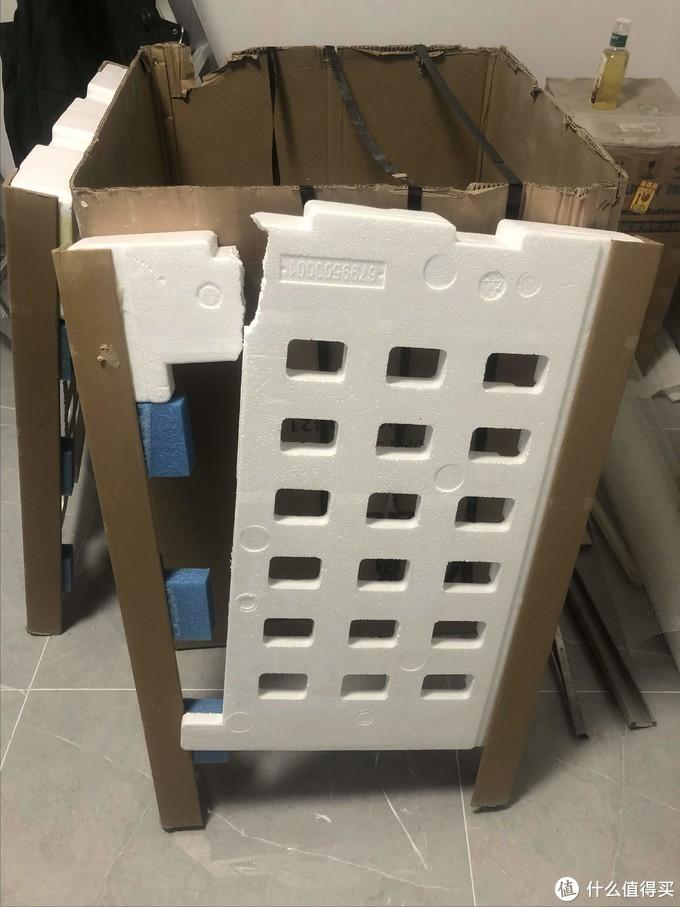 拆完的外包装箱不用胶带捆着都快立不住了
