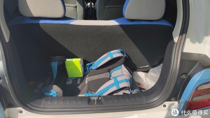 后排空间充足的原因主要就是把后备箱缩小了,我觉得这是可以理解的,毕竟车主要是载人的,后备箱小点没关系。