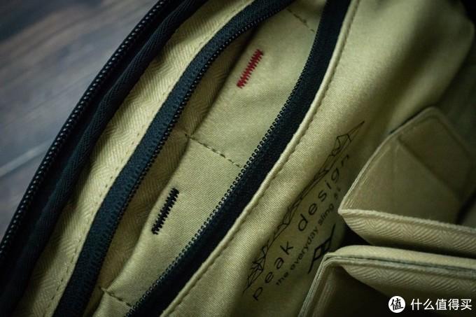 背包内测的暗袋,可以放电池或者内存卡这类小东西