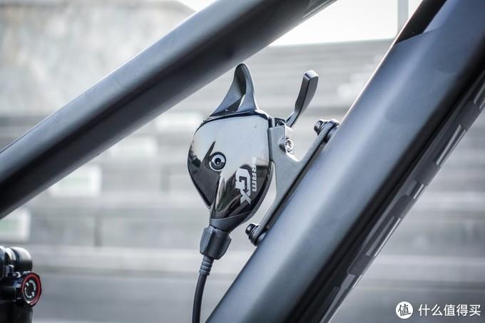 速联GX系列变速拨杆贴心的工程师为Sram GX 7速指拨安排了好位置:下管上方的安置座能够减少转把时指拨给予的干扰,让车把更加简洁。值得夸赞的另一点:前刹车走线穿过头管,能够允许车手做出连续两周转把等炫技加分动作。