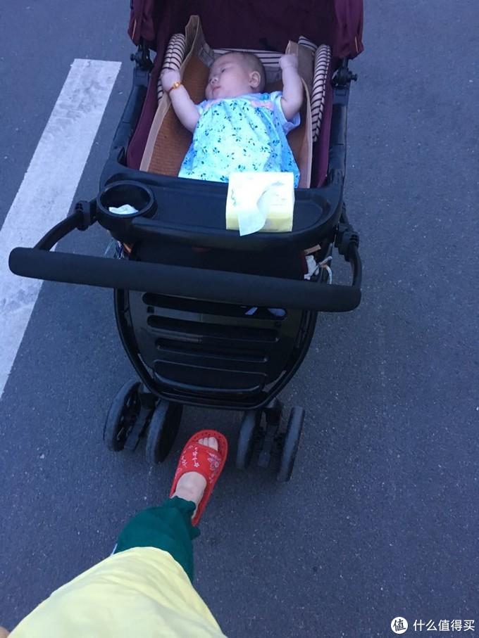 车内的凉席自己买的枕席放进去的。亮点是宝妈的红绿灯造型