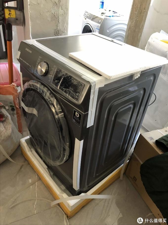 干衣机斜侧面,可以看到侧面填充物就那么薄薄一层泡沫材质