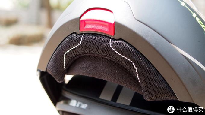 ▲▲▲红色的开关就是揭面开关,按压即可开启揭面,非常方便,下巴处的防风保护设计也非常棒,内凹设计能够导流