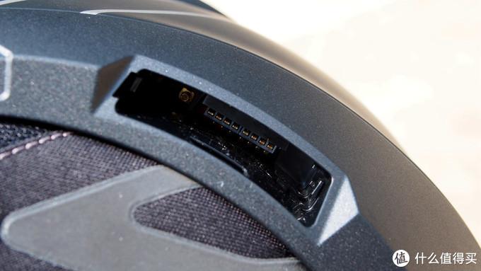 ▲▲▲在头盔的左侧还设计有蓝牙模块,当然,蓝牙模块是需要自己购买的,不过C4的优势在于耳机都已经内置好了,只需要买一个模块插入进去就可以了,不需要自己走线