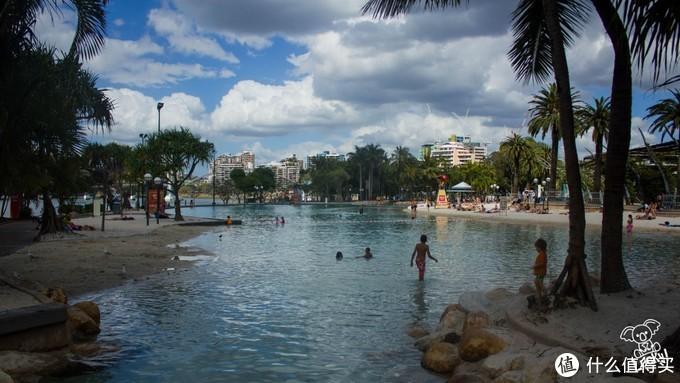 河边的沙滩泳池