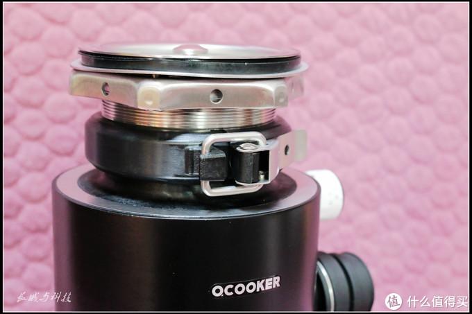与水盆底部相连接部分的侧写,同样使用厚实的零部件,力求安装的稳定性。