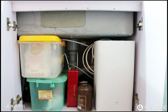 下图是安装前的水盆空间,右边是小米一代厨下式净水器,左边是两个米箱,隐约可见后面已有部分管路