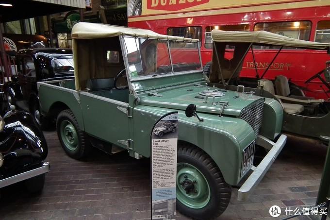 上图为目前存世Land Rover最早的一批48辆测试用原型车中的一台,编号为Land Rover R.04,R代表右舵车,04为第四台生产。该车使用捐赠而来的吉普车和Rover零件打造。用于测试车身设计。这批车大部分被漆装成第二次世界大战中飞机尾舵常用的鼠尾草绿色。Land Rover最早版本车辆的保险杠被整合为底盘的一部分。与后来采用的螺栓样式形成鲜明对比。这台车由Tony Hutchings修理复原,极具历史意义。也成为了后来的Land RoverSeries I