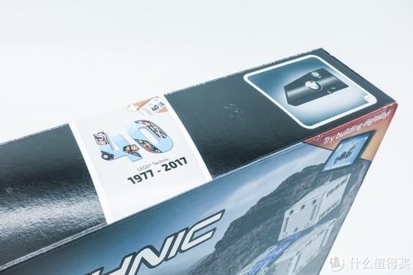 盒子顶部备注了这套SET是了高科技系列40周年纪念版,盒内包含一块40周年纪念版特殊砖块