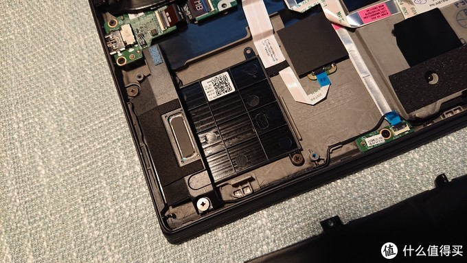 左侧,选装智能卡读卡器的插槽