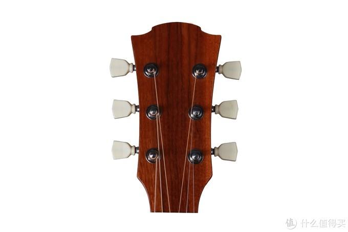 虽然上紧琴弦的原理一样,但是民谣吉他的卷弦柱是立起来的,一般缠绕圈数也没古典吉他那么多。