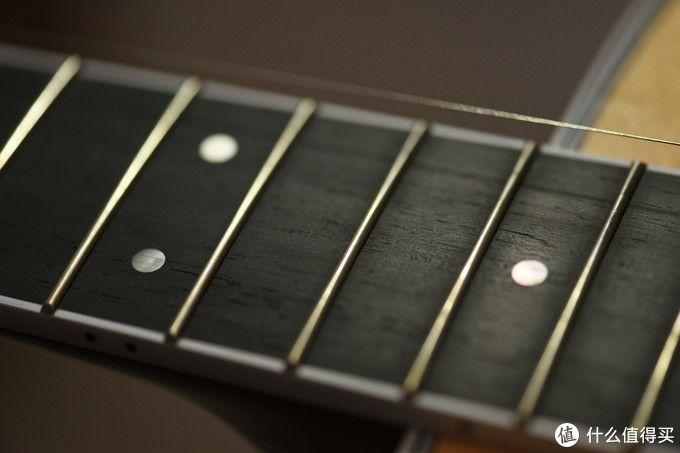 顺便清理一下指板,Martin现在在低端琴上都用了复合材质指板,而在正常型号上还是乌木。