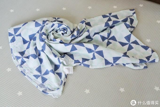 adenanais纱布巾,娃有时候玩累了会在车上睡着,用来盖着睡觉用,也用作在外面的哺乳巾。纯棉材质,面料很赞,孕期囤货第一件商品就是选择adenanais纱布巾