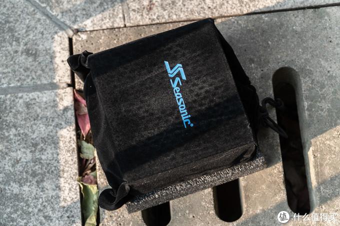 海韵将PRIME GX-750 本体用黑色绒布包裹,很显档次。
