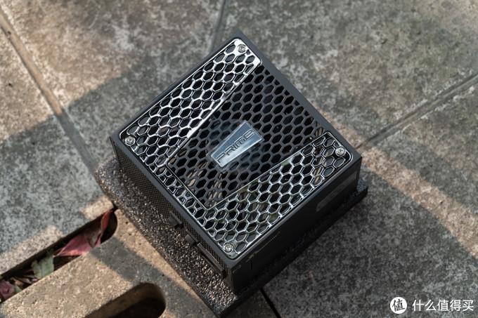 GX-750使用了之前Prime Ultra Titanmiun(钛金牌)的外观,外置更为漂亮美观