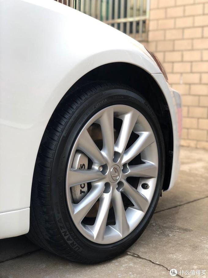 全车唯一的改装,原厂单活塞卡钳实在是缺乏安全感,于是就上了这个GS430的四活塞刹车卡钳,效果还是满意的,连防尘罩也更换了全新的。配原厂轮毂是如此的和谐。