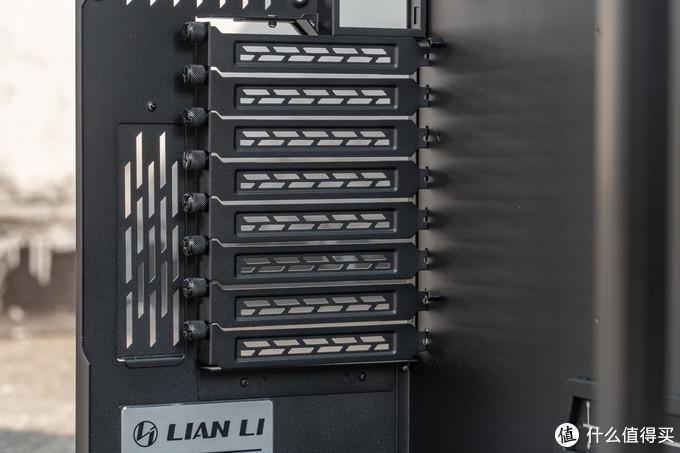 8个PCIE横槽+两个PCIE竖槽,竖槽最多支持2.5槽位的显卡