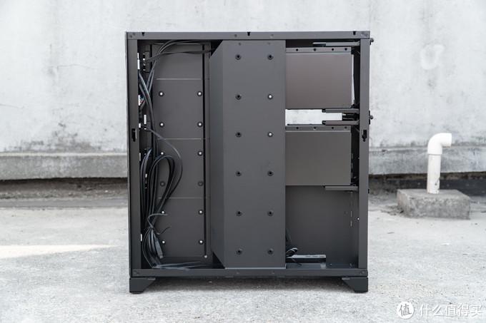 机箱后部有额外的挡板设计,可以为理线遮羞,同时也支持3个SSD的挂载。加上机箱右上与右中部的四个热拔插盘位,包豪斯 O11 ROG定制版一共支持10块HDD+SSD