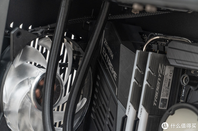 ROG Zenith Extreme 主板 与 酷冷 MF120R ARGB 风扇