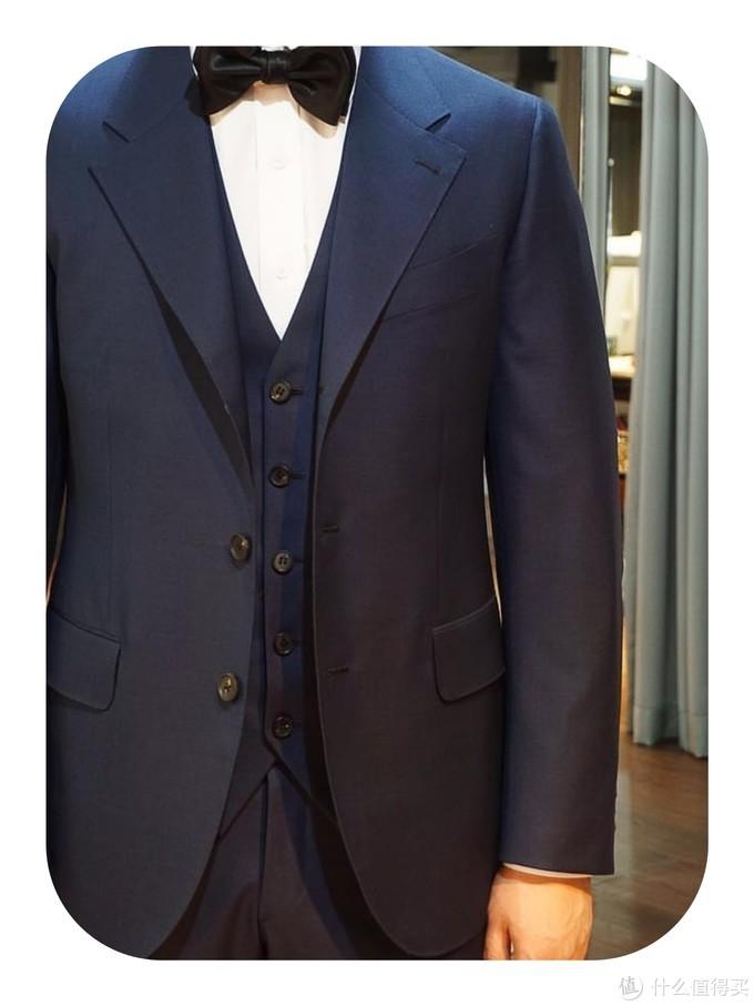 从合身度、面料、工艺三方面来简单判断一套定制西装的好坏
