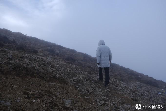 大雾天走向上面看看另外一面的情况,裤子的保暖性还是值得肯定的,上身的羽绒服充绒有400+羽绒用的是加拿大的绒毛,保暖性能一流,和名噪一时的大鹅一样标着-30的温标。而且在子梅垭口基本上出于静止状态等待贡嘎雪山主峰出现的那一刻。