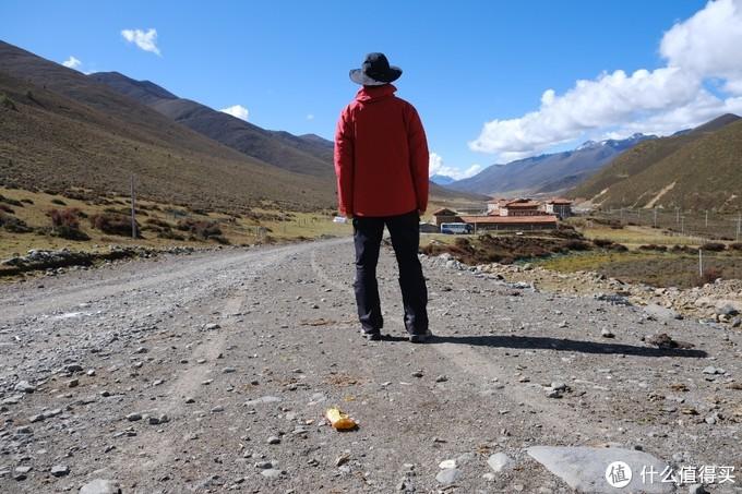 冷嘎措上山点。海拔4000米左右。强烈的日照,这套冲锋衣充分保护着免受紫外线的侵扰。