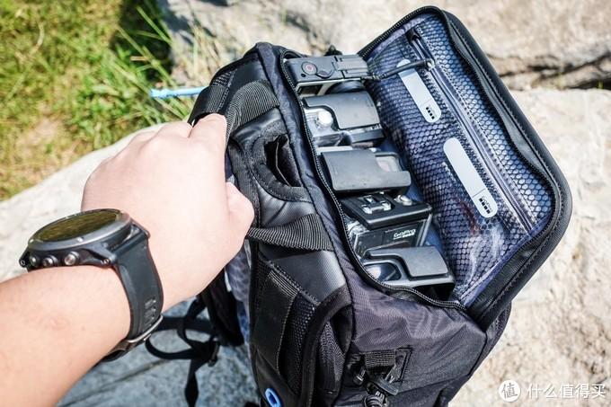 背包顶部巧妙的设计为相机妥帖地留出了5个位置,可以同时装载5台GoPro相机