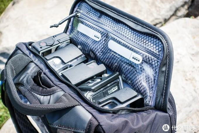 掀起的背包顶部有两个透明网袋,可以存储类似SD卡电池这些很容易搞丢的小东西