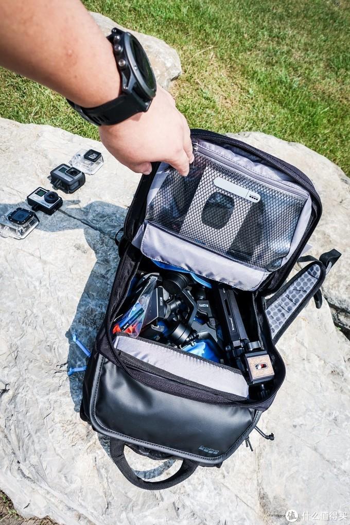 打开背包主袋,容积还是非常大的,携带GoPro所需的配件完全没有压力。