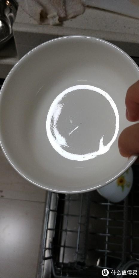 斜着放的碗