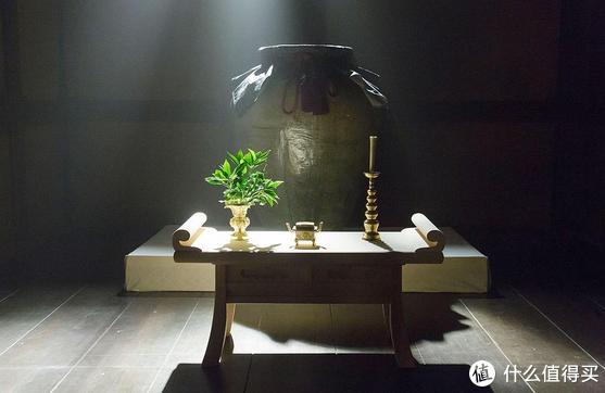石田三成等人秘不发丧,防止朝鲜方面溃败,也防止日本国内政局动荡。将秀吉的尸体放在缸里,一直等到侵略朝鲜的部队返回之后才举行葬礼。