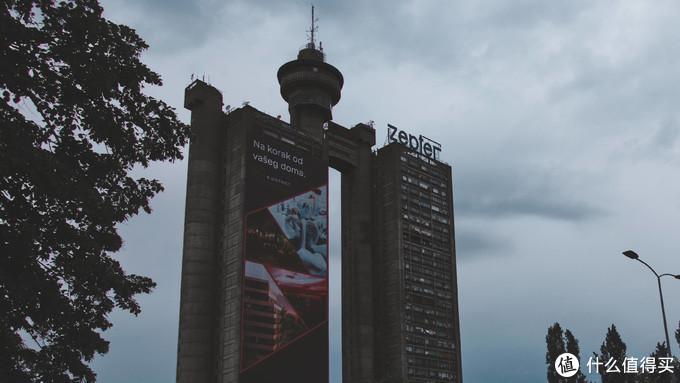 最高处的中间建有2层高的旋转餐厅,可以俯瞰贝尔格莱德