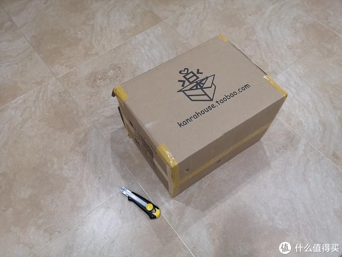 之前看手办也还好,没想到箱子这么大,美工刀很大号了,地砖是80x80的(外壳懒的遮挡了,知道的其实都知道)