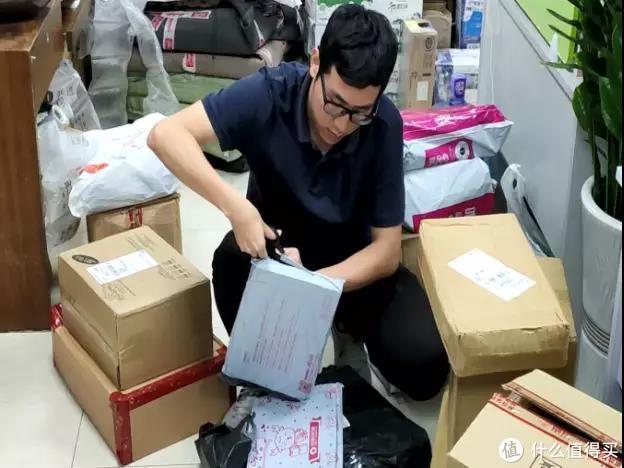 ▲工作人员以普通消费者的身份在网络电商平台购买婴幼儿布书
