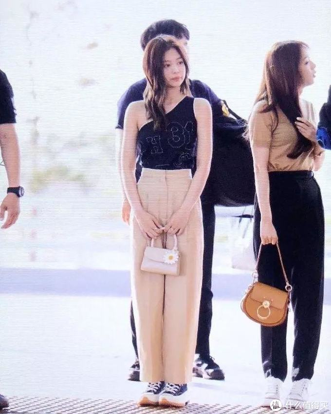 韩国尤物 blackpink,Jennie 、 LISA最近又上脚了什么狠鞋?