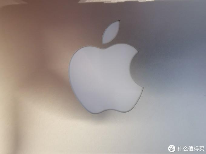 以前的logo还是会亮的,合上屏幕灯灭,打开屏幕灯亮,多帅