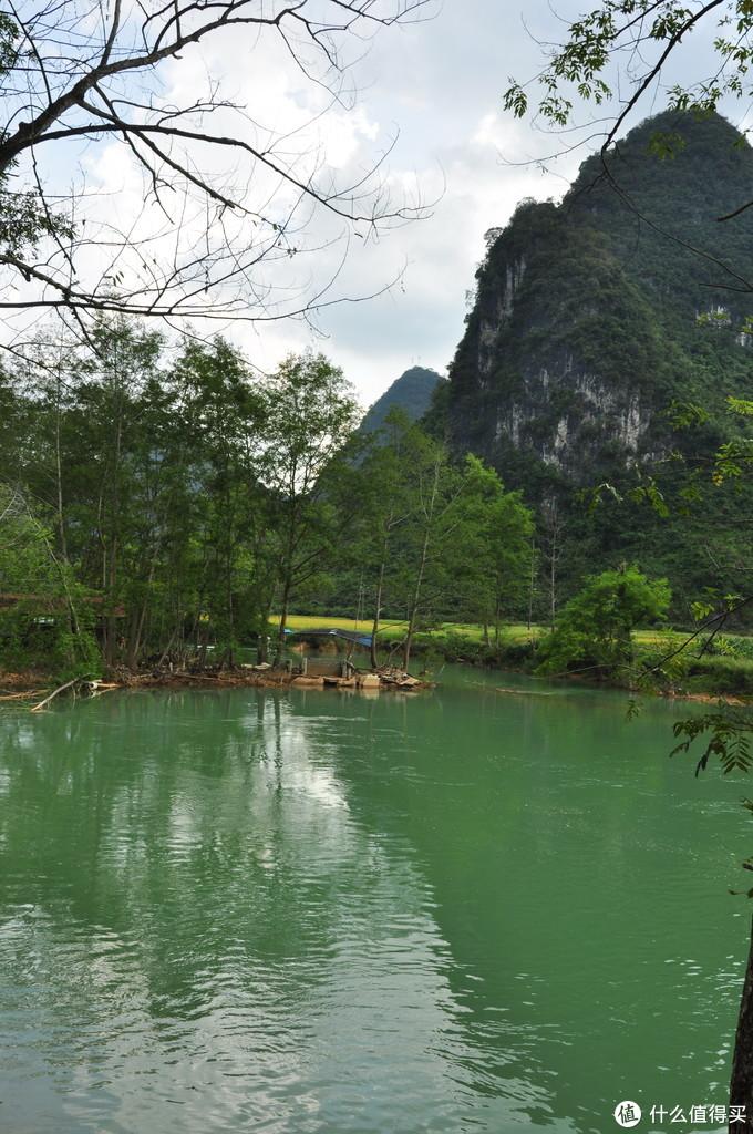 瀑布的下游,流水潺潺,和周边的景色融为一体,十分和谐