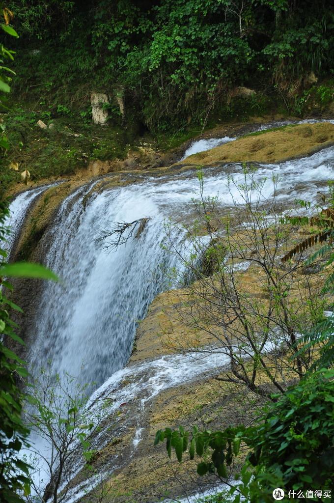 这个瀑布连最起码的修正维护都没有,参天大树都给遮挡了,完全是只能看,不能拍全景的一个瀑布